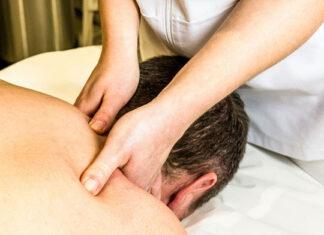 Czym w praktyce cechuje się kręcz szyi